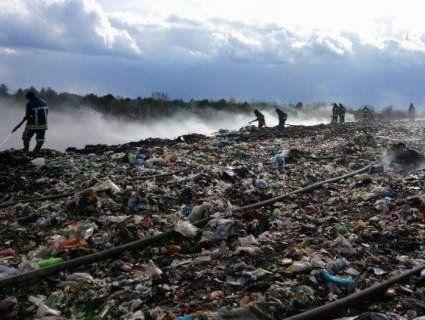 На Львівщині третю добу горить сміттєзвалище