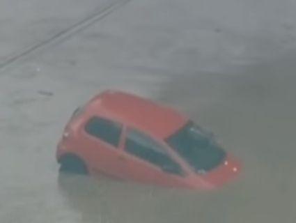 У Бразилії масштабна повінь винесла машини на дахи будинків (відео)