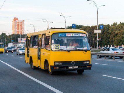 Поламав щелепу і ніс: у Києві маршрутник жорстоко побив пасажира (фото)