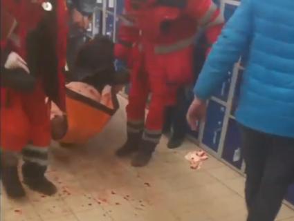 «НП» у супермаркеті: молодий чоловік порізав вени в «АТБ» (відео 18+)