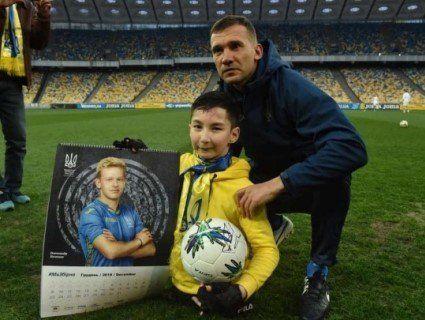 Андрій Шевченко зіграв у футбол із безногим хлопчиком із Казахстану (фото)