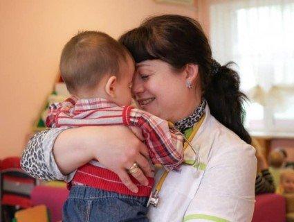 Літак привіз в Україну малюка, якого мати-заробітчанка кинула в пологовому в Москві (фото)