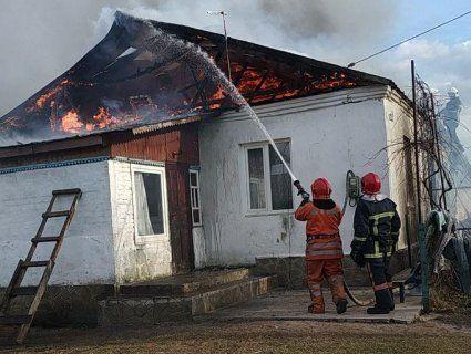 На Рівненщині горів будинок, у якому живе 11 дітей (фото, відео)
