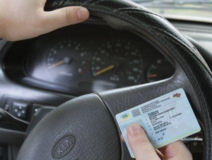 Уточнення для водіїв: коли можна не показувати права поліцейським