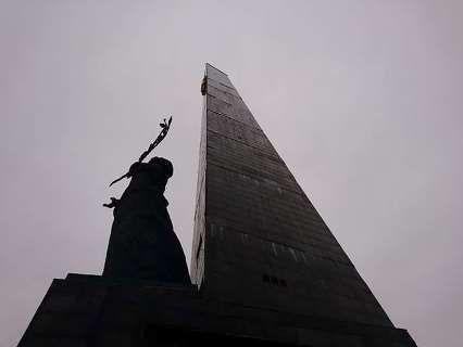 «Аварійний» монумент: у Луцьку осипаються плити зі 40-метрового обеліска (фото)