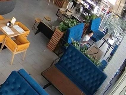 У Луцьку просять впізнати дівчину, яка поцупила телефон в РЦ «Промінь» (фото, відео)