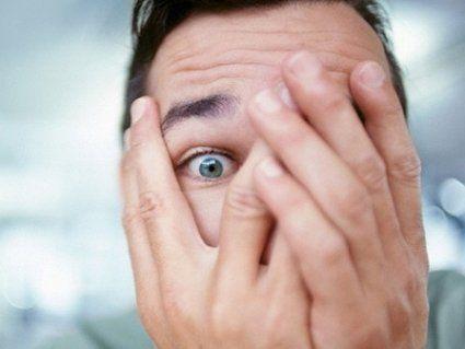 Через незвичайну хворобу чоловік панічно боїться дивитися в дзеркало
