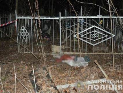 У Харкові на цвинтарі у смітнику знайшли тіло немовляти (фото)