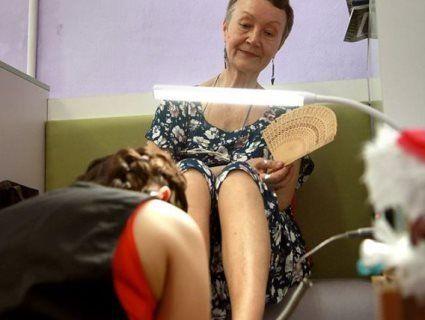В Києві у манікюрному салоні клієнтки залишають гроші… «бабусям на нігті» (фото)