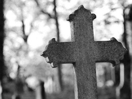 На волинському кладовищі невідомі вандали потрощили пам'ятники (фото)