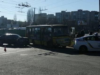 У Луцьку легковик врізався в маршрутку (фото)