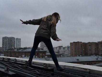 «Я хочу померти»: дівчина-наркоманка перерізала собі вени і горло та стрибнула із  16 поверху (відео 18+)