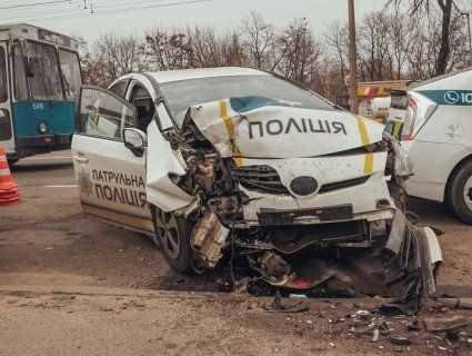 В Києві патрульний закуняв за кермом і спричинив ДТП (фото)