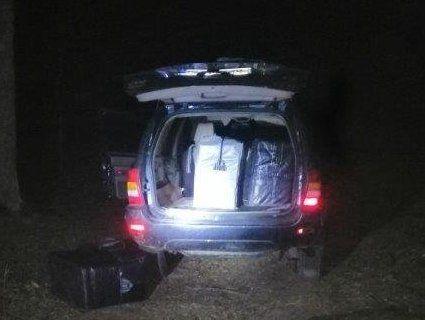 На Волині контрабандисти покинули Jeep Cherokee, набитий сигаретами (фото, відео)