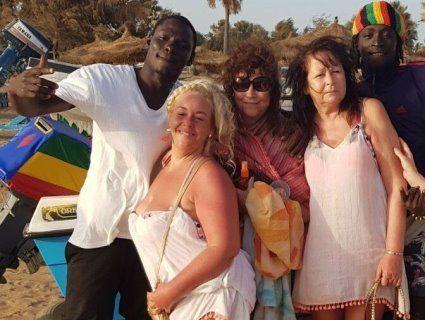 «Tinder для бабусь»: як пенсіонерки з Європи у Гамбії купують «любов» темношкірих хлопців (фото)