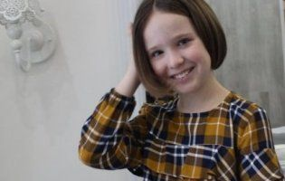 Лучанки обрізують волосся на перуки онкохворим дітям