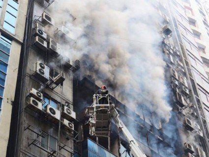 У Бангладеш горить хмарочос: люди стрибають із вікон і спускаються по дротах