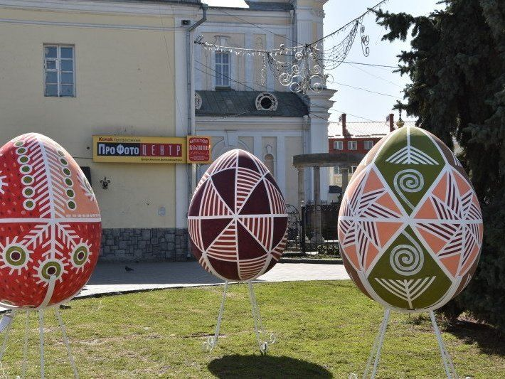 Художня школа в Луцьку купила 1,5-метрові яйця