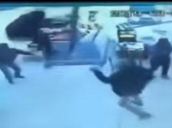 Мері Поппінз вже не та: чоловік злетів у повітря разом із парасолькою (відео)