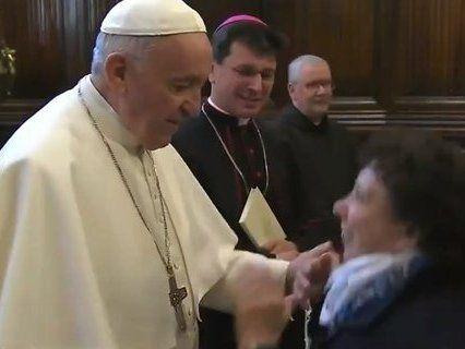 Папа Римський злякався мікробів і заборонив цілувати свій перстень