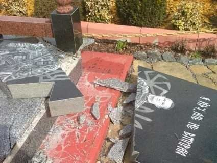 «Спіймати і вбити»: вандали розгромили пам'ятник на могилі молодого атовця (фото)