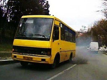 У Львові маршрутка наїхала на дівчину: витягали 12 рятувальників (відео)