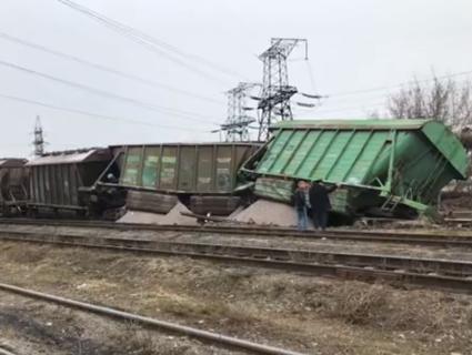 «Рейки втомились»: у Києві з колій зійшли сім вагонів товарняка (фото)