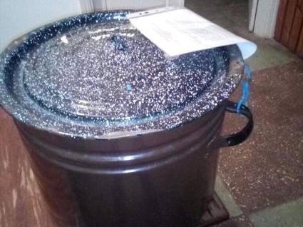 На Дніпропетровщині на виборчій дільниці замість сейфа використовують… каструлю (фото)