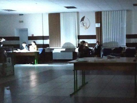 Перед відкриттям урн із бюлетенями на дільниці в Луцьку зникло світло