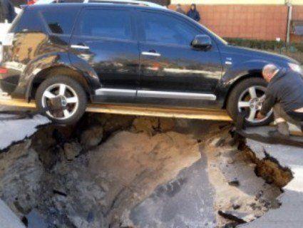 В центрі Києва під авто прорвало трубу з кип'ятком