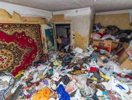 Лучанка забила квартиру сміттям «до стелі» і погрожує підірвати будинок (фото)