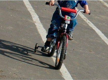 На Херсонщині водій на повній швидкості збив малюка на дитячому велосипеді