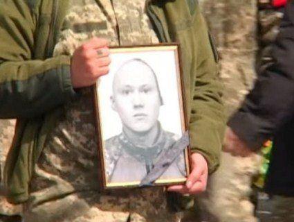 Викололи очі: на Житомирщині поховали звіряче вбитого атовця