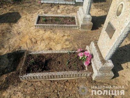 На Донеччині жінку поранило вибухом під час прибирання на кладовищі