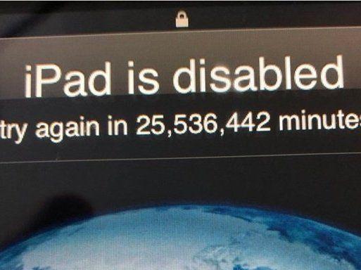 Сюрприз для татка: малюк заблокував iPad на 48 років