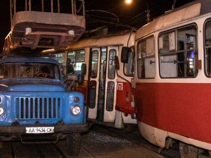 «Лоб у лоб»: у Києві зіштовхнулися трамваї (фото, відео)