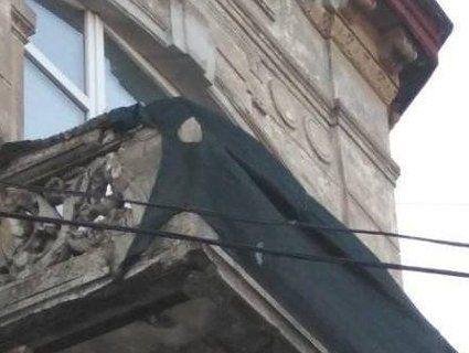 У Львові на жінку впав шматок фасаду