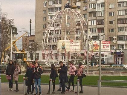 У Луцьку навпроти «Променя» встановлюють гігантську Великодню писанку (фото)