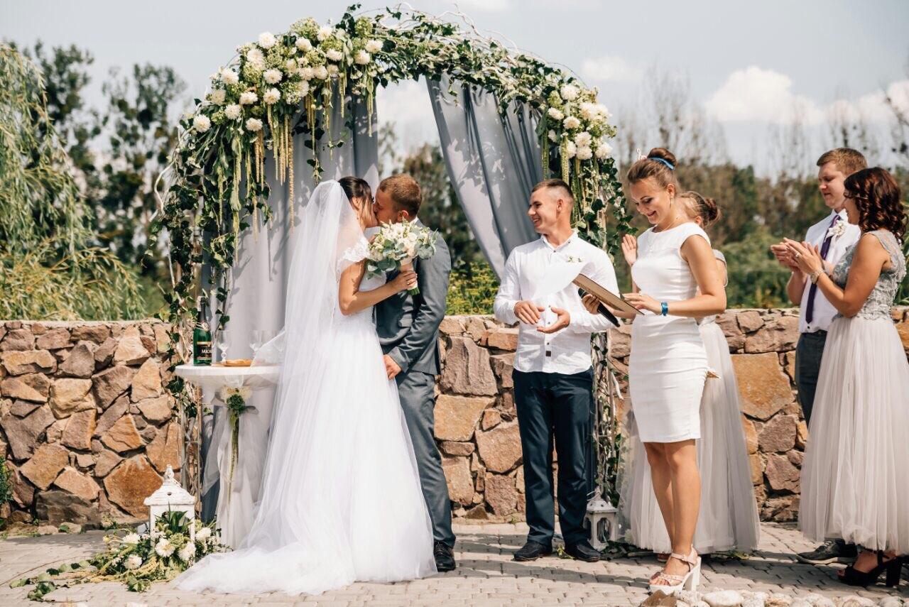 5051440682cb5c Як правило, за проведення церемонії береться ведучий весілля Луцьк.  Зазвичай, ведучі на весілля - це позитивні, творчі люди, які можуть  розповісти історію ...