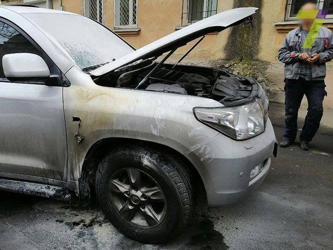 У центрі Одеси у позашляховик кинули коктейль Молотова (фото)