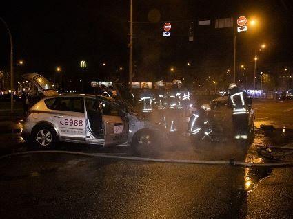 У Києві в ДТП згоріли дотла два таксі (фото, відео)