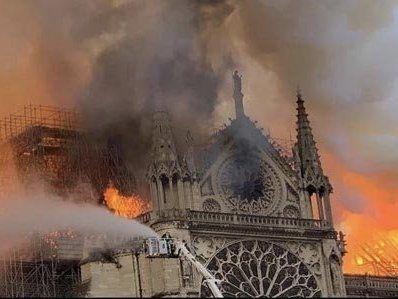 Услід за шпилем в Соборі паризької Богоматері обвалився дах (відео)