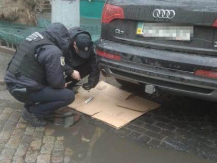 Оце знахідка: під автомобілем священика шукали вибухівку, а знайшли маячок