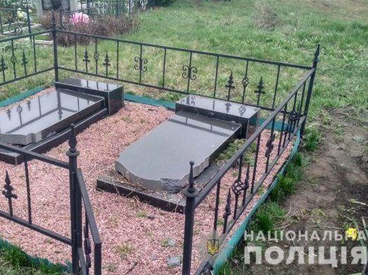 Підлітки розтрощили сільське кладовище