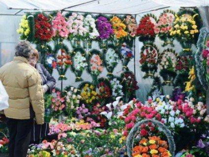 Штучні квіти на кладовищах - отрута для середовища (відео)