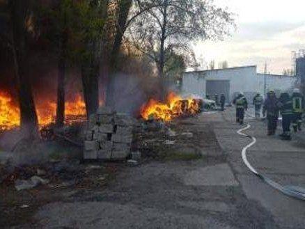 Масштабна пожежа: горить підприємство із небезпечним виробництвом (фото)