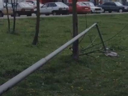 У Львові на жінку впала опора вуличного освітлення (відео)