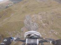 Мотогонщик впав із 15-метрової скелі  (фото, відео)