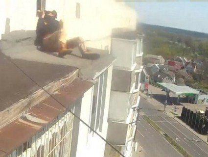 На Київщині копи стягли буйного п'яницю з даху дев'ятиповерхівки (відео)