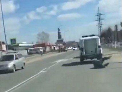 «Втеча із Шоушенку»: затриманий на ходу випав із поліцейського «бобіка» (відео)